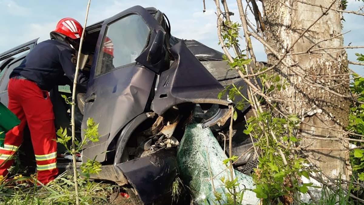 Accident rutier grav in aceasta dimineata pe drumul european E85: două persoane au fost rănite dupa ce o masina s-a izbit de un copac