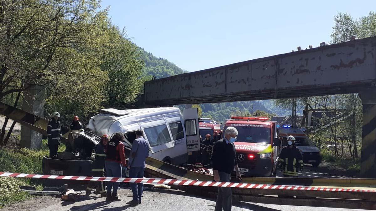 Două persoane au murit dupa ce un limitator de inaltime s-a prabusit peste un microbuz
