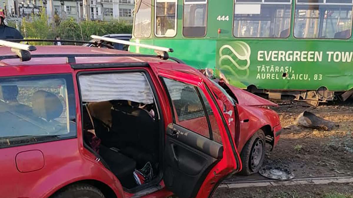 (FOTO) Un şofer din Iaşi a fost izbit în plin de tramvai! Din cauza impactului, tramvaiul a sărit de pe şine