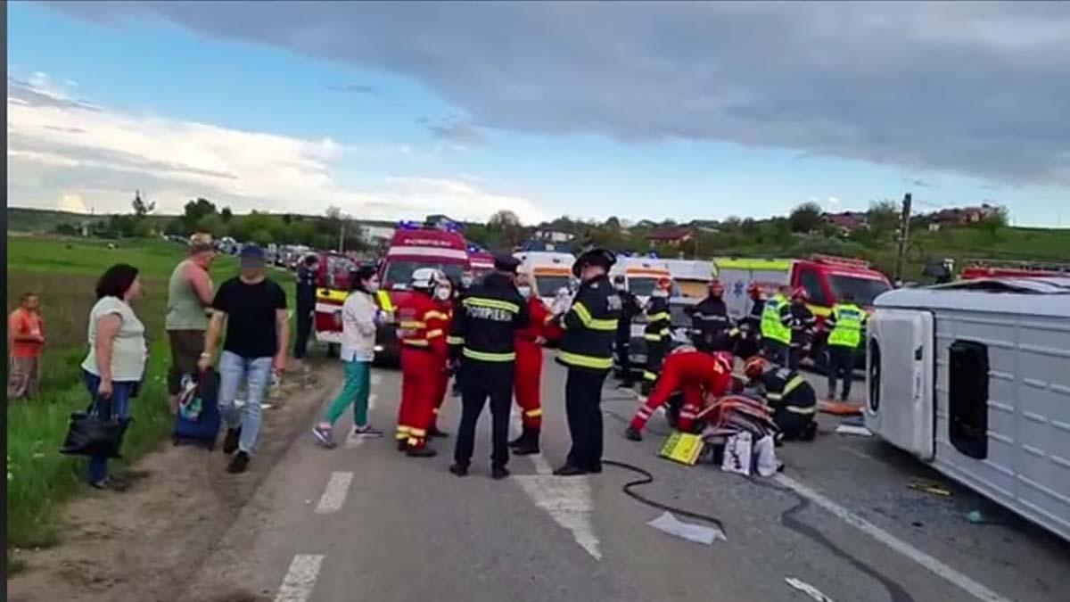 Plan roşu de intervenţie declanşat în Iași după un grav accident rutier: 12 adulţi şi un copil, transportaţi la spital