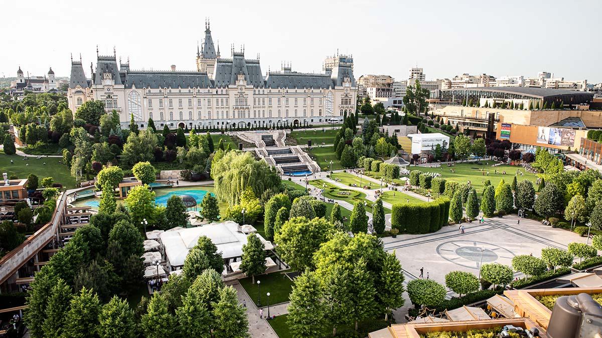 Creațiile a peste 30 de designeri români pot fi admirate pe catwalk-ul din parcul Palas, la Romanian Fashion Week
