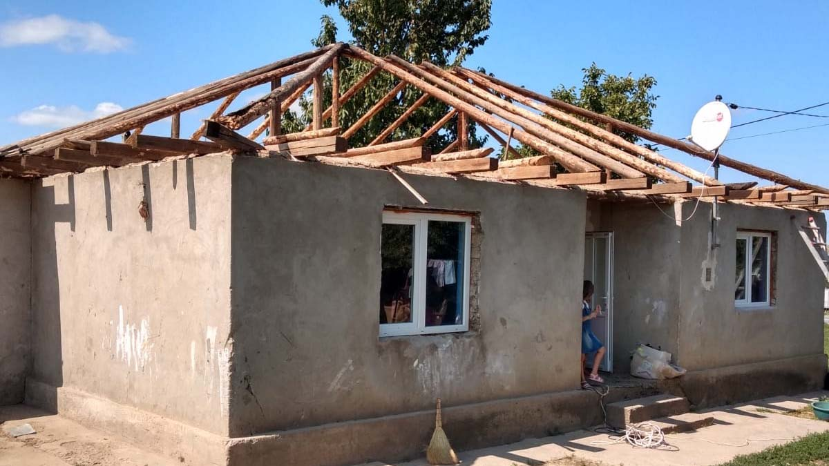 Asociatia Pro Vita cere ajutorul iesenilor pentru ca o familie cu 10 copii sa aiba un acoperis deasupra capului