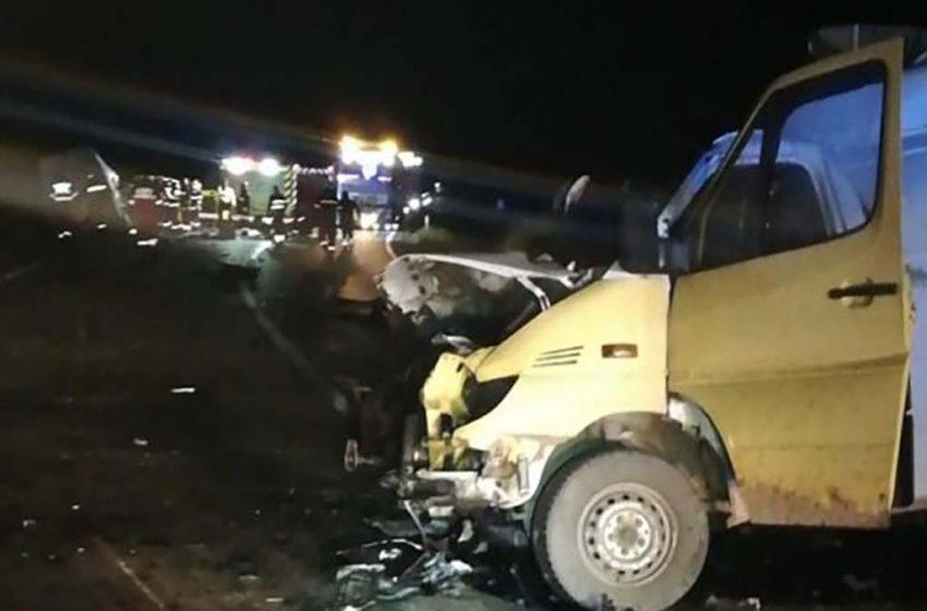 Doi morți și trei răniți grav, printre care și un copil, în urma unui grav accident de circulatie produs pe DN13