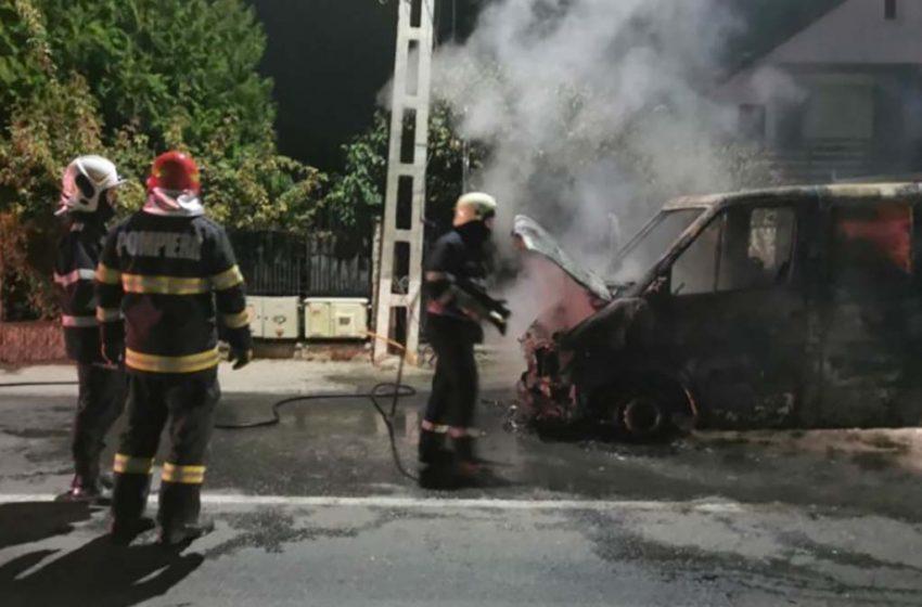 Autoutilitară distrusă de flăcări pe o stradă din municipiul Iași