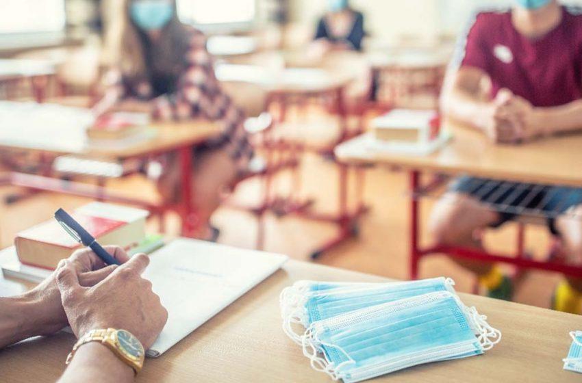 """""""Eu am pâinea și cuțitul. Vă rup capul!"""" Un profesor de istorie a fost condamnat dupa ce si-a fortat elevii sa ii cumpere o carte"""