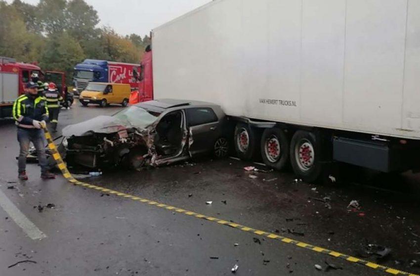 Accident grav pe DN7: Doi barbati au ramas incarcerati dupa ce un autoturism s-a făcut praf într-o coliziune cu un TIR