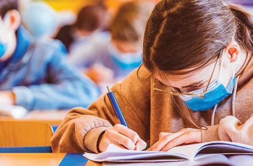 Scandal la o școală din Romania: o elevă a fost scoasă de la ore  pentru că nu purta corect masca
