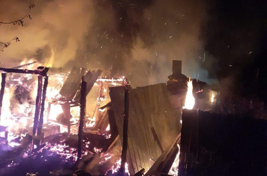 O femeie de 80 de ani și-a incendiat gospodăria în timp ce încerca să facă țuică