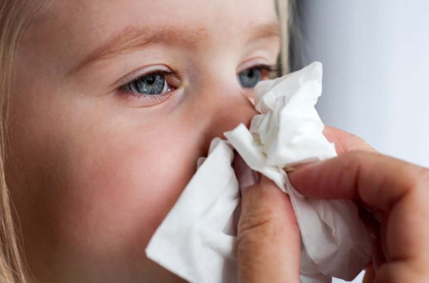 AVERTISMENT pentru părinți: Dacă prezintă simptome de răceală, copiii trebuie să fie testați și să nu meargă la școală