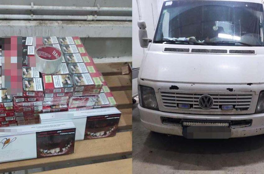 Ţigări de contrabandă depistate în stâlpii unui microbuz la intrarea în ţară de politistii de frontiera
